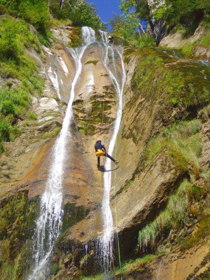 Se former pour descendre en rappel en canyoning