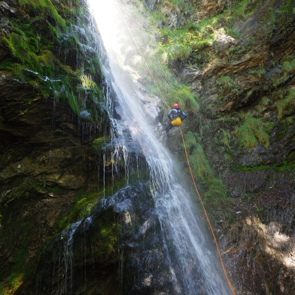 Descente en rappel sous une cascade