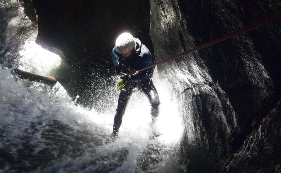Cascade en canyoning dans les Pyrénées-Atlantiques