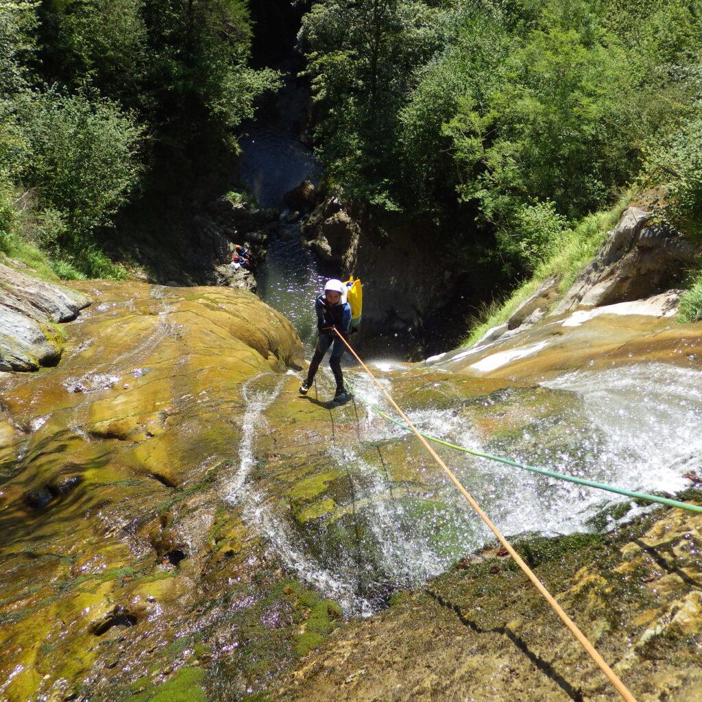 Grande cascade en rappel dans un canyon de la vallée d'Ossau