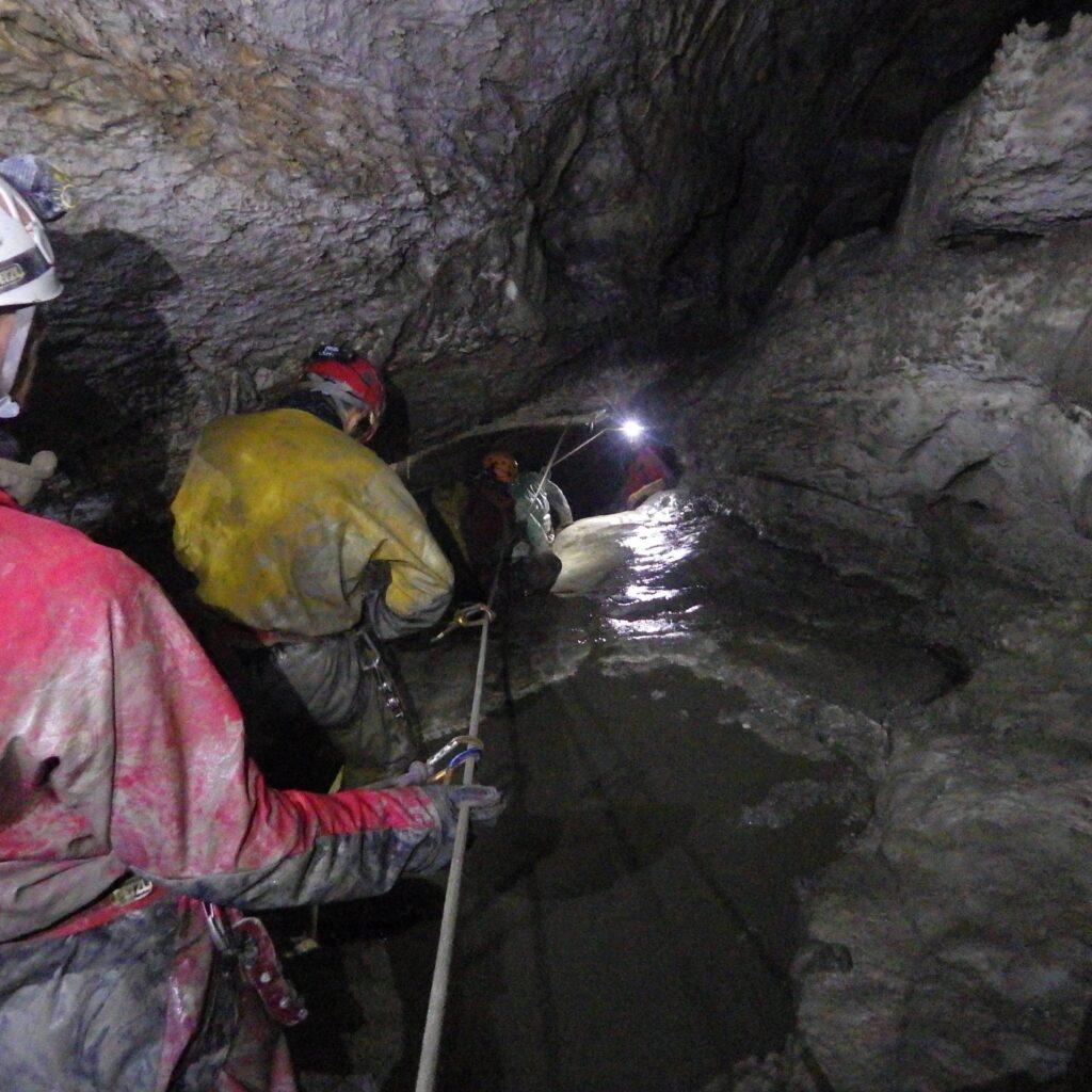 A la découverte du monde souterrain avec un guide de spéléologie