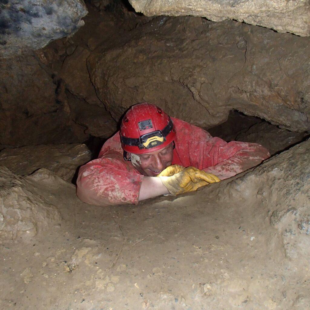 Ramper dans une grotte