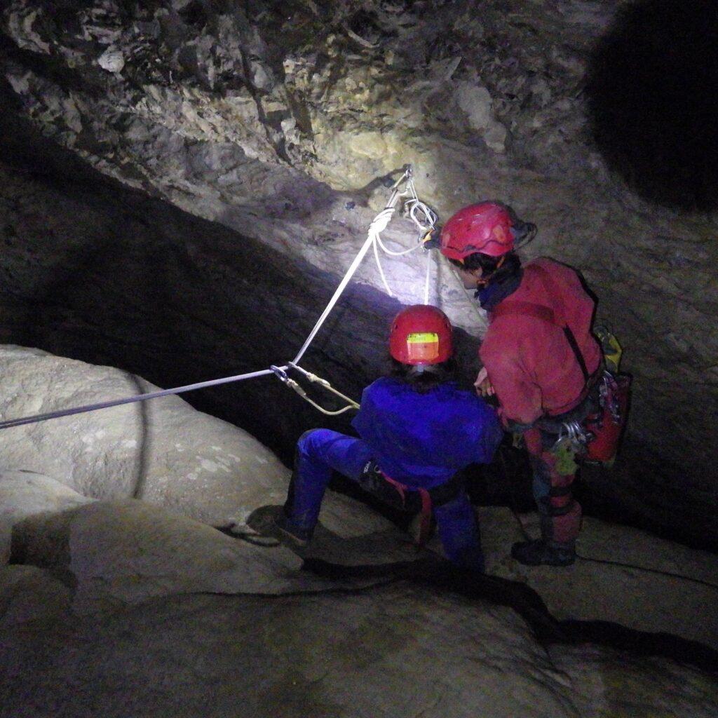 Puits dans la grotte des Moustalhous à Saint Pé de Bigorre, Hautes-Pyrénées