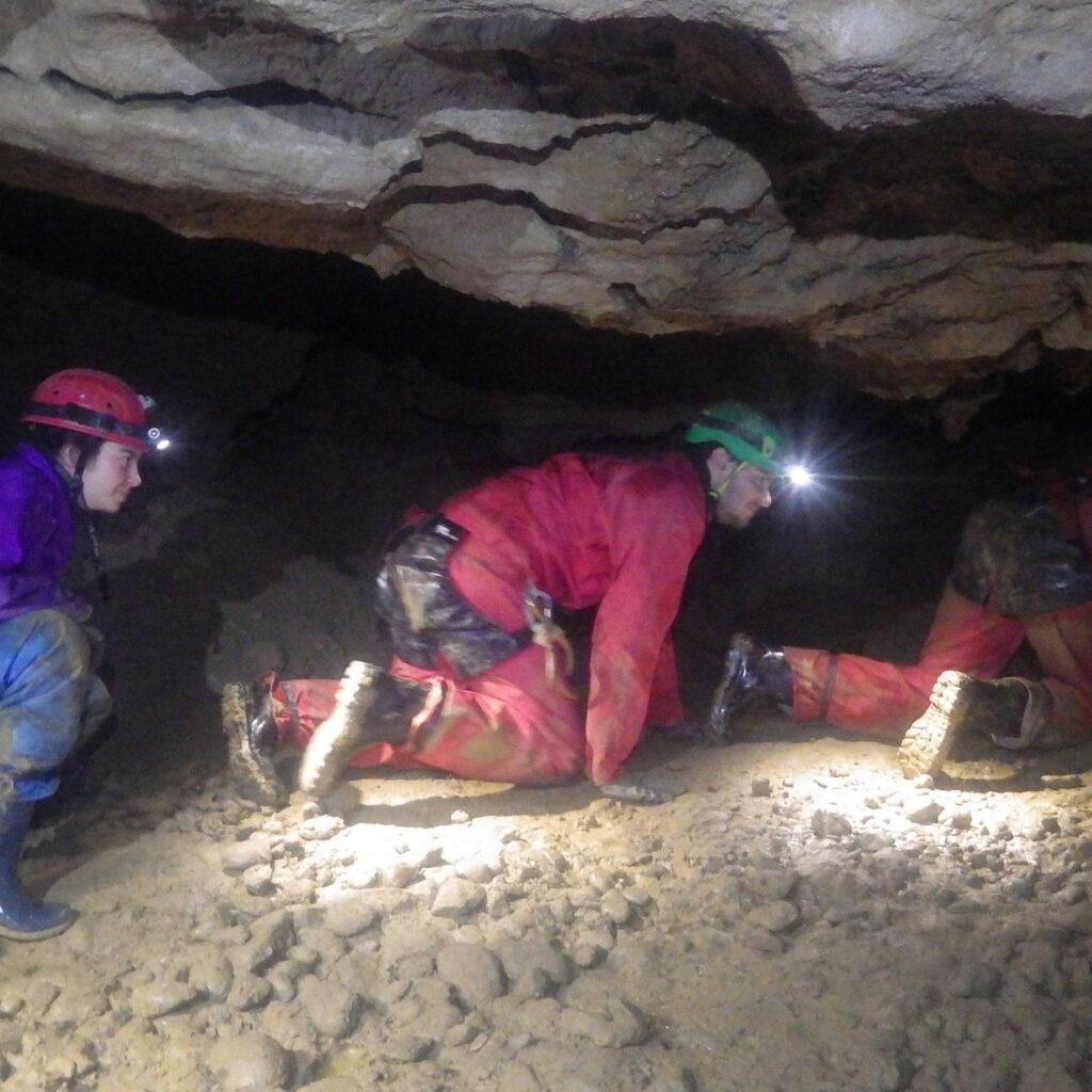 Exploration d'une grotte en vallée d'Ossau, dans les Pyrénées-Atlantiques (64)