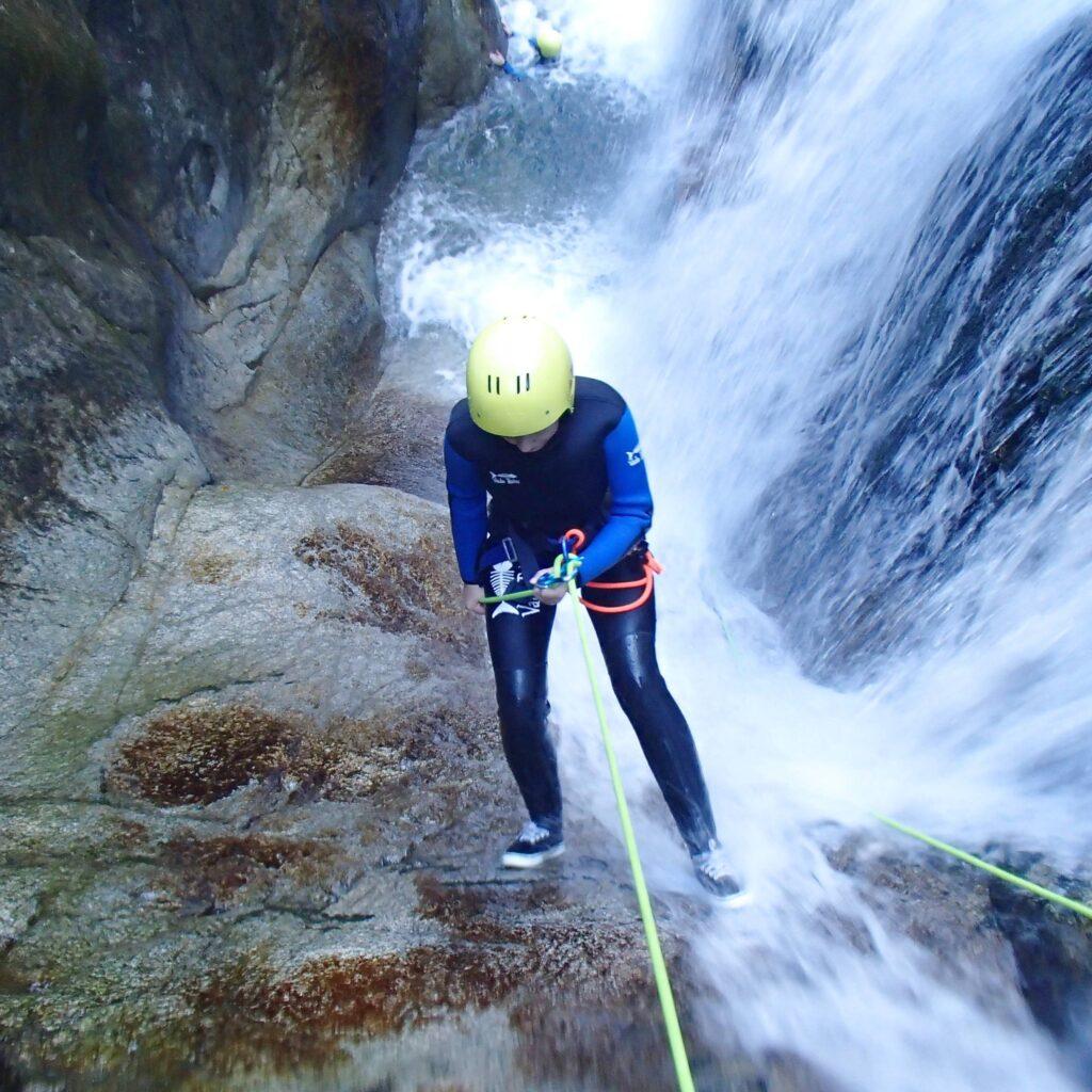 Descente de cascade en canyoning dans les Pyrénées-Atlantiques